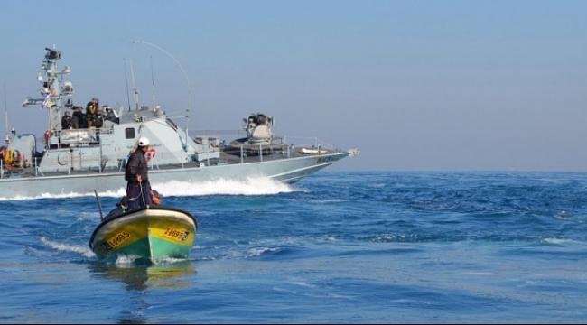 زوارق الاحتلال تطلق نيرانها تجاه الصيادين في بحر غزة