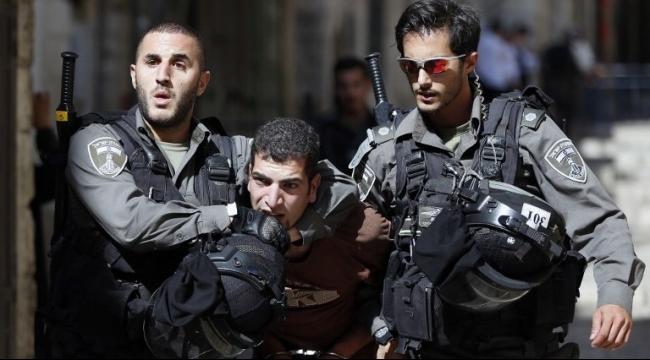 قوّات الأمن الإسرائيلية تتناوب للاعتداء على المعتقلين أثناء تكبيلهم
