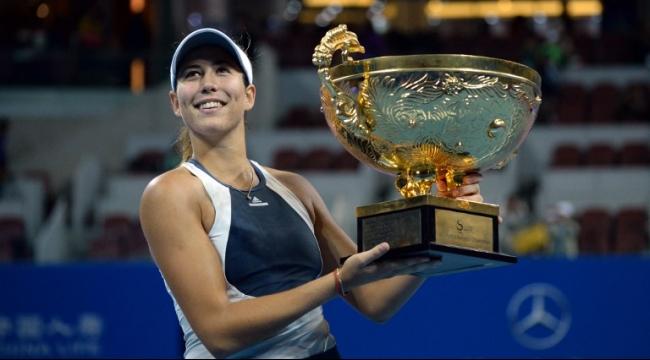 غاربيني موغوروزا تتوّج بطلة لدورة بكين بكرة المضرب