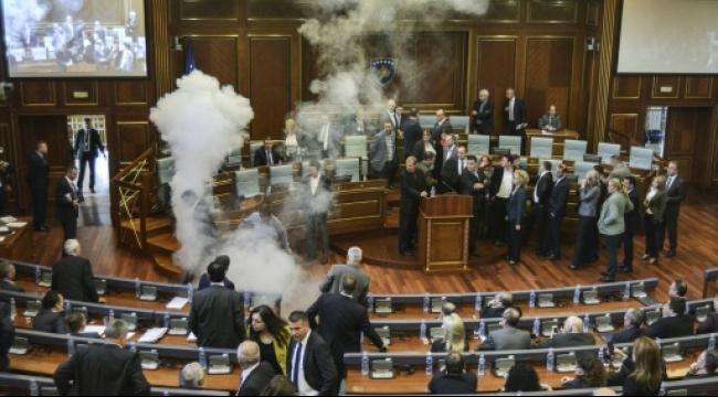 كوسوفو: نواب يطلقوان الغاز المسيل للدموع لمنع عقد اجتماع