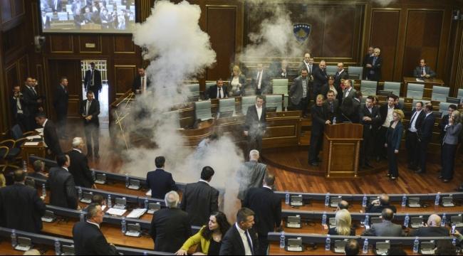 كوسوفو: برلماني معارض يلقي قنبلة داخل البرلمان