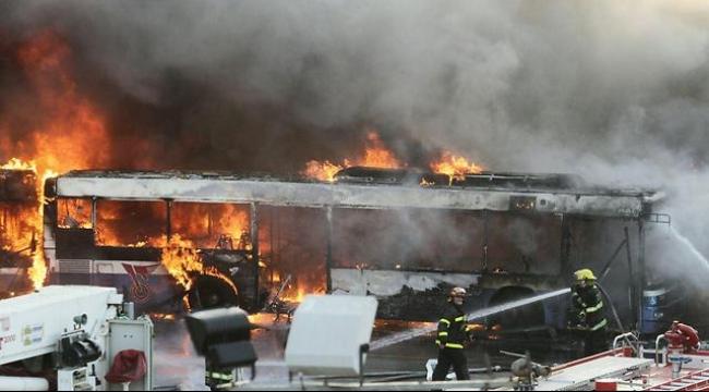 نابلس: مستوطنون يضرمون النار بحافلة طلاب من الداخل