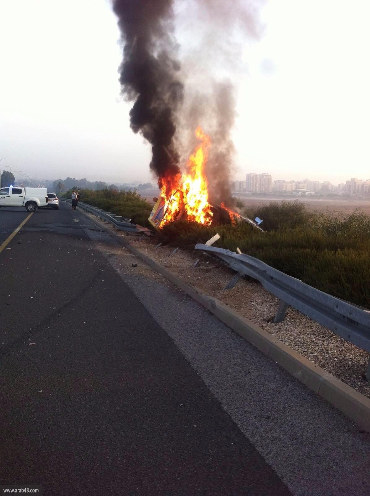 ألسنة النيران تلتهم سيارة على شارع الساحل