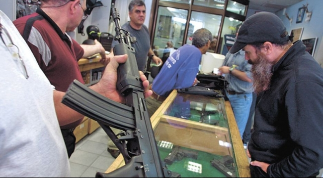 ارتفاع بنسبة 5000% بالطلب على سلاح في صفوف الإسرائيليين