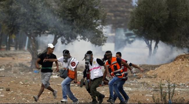 استشهاد شاب متأثرًا بجراحه وعشرات الإصابات في الضفة وغزة