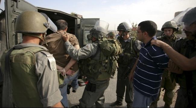 الاحتلال يعتقل ويصادر أموال بنابلس والخليل