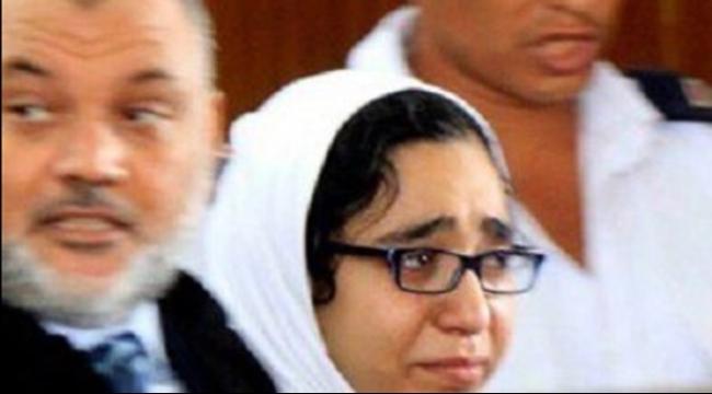 دموع إسراء الطويل تشغل المصريين: ملعون سجّانك!
