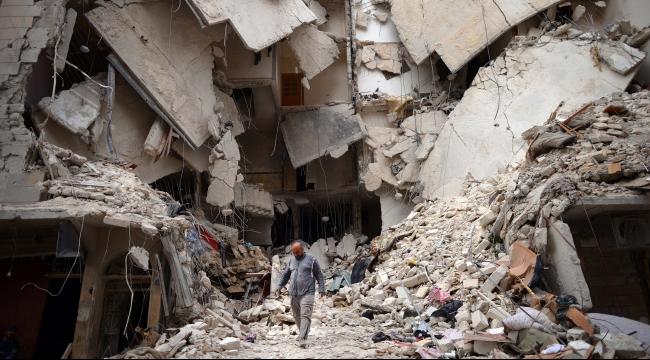"""قتل 10 مدنيين و13 من """"داعش"""" في قصف جوي على الرقة"""