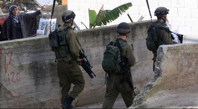 الخليل: الاحتلال يقتحم جمعية خيرية ويستولي على ملفات الأيتام