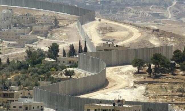يعالون: إسرائيل ستبني جدارا بين الخليل وكريات غات