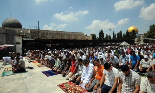 الآلاف في صلاة الجمعة بالمسجد الأقصى رغم سياسات الاحتلال الانتقامية