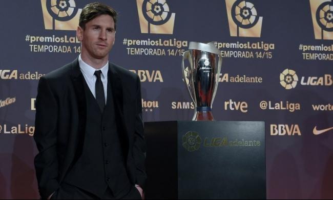 ميسي يحصد جائزة أفضل لاعب بالدوري ويهديها لنجله