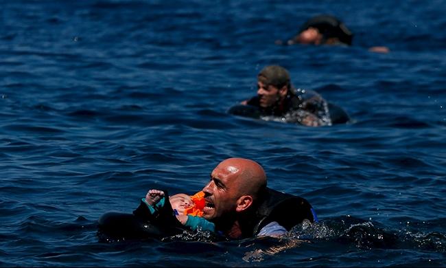 إنقاذ 33 مهاجرا  غرق زورقهم في بحر إيجه