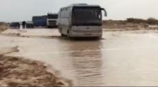 مياه السيول والفيضانات تغلق شارعا قرب البحر الميت