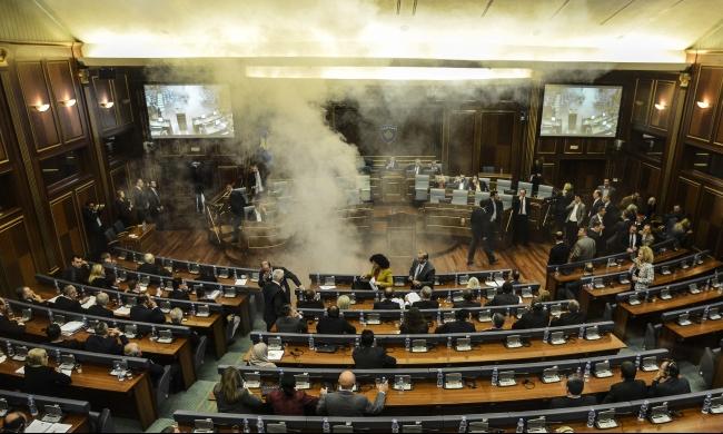 كوسوفو: المعارضة تفض جلسة برلمانية بالغاز المسيل للدموع