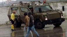 حكم فلسطيني يتصدى لمحاولة جنود الإحتلال اقتحام ملعب