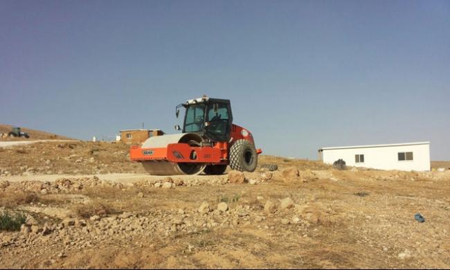 المستوطنون يشقون شارعين في أراض بملكية فلسطينية خاصة