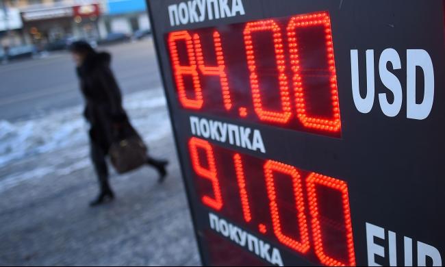 بوتين يواجه ضغوطا مع تدهور الروبل الروسي