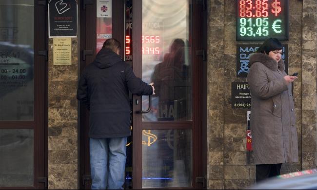 أزمة اقتصادية تعصف بروسيا: انخفاض الروبل لمستوى تاريخي