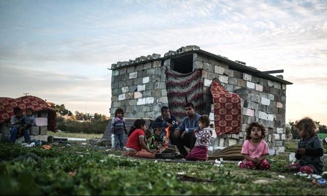 أطفال غزة يواجهون البرد بمنازل الصفيح ومواقد النار