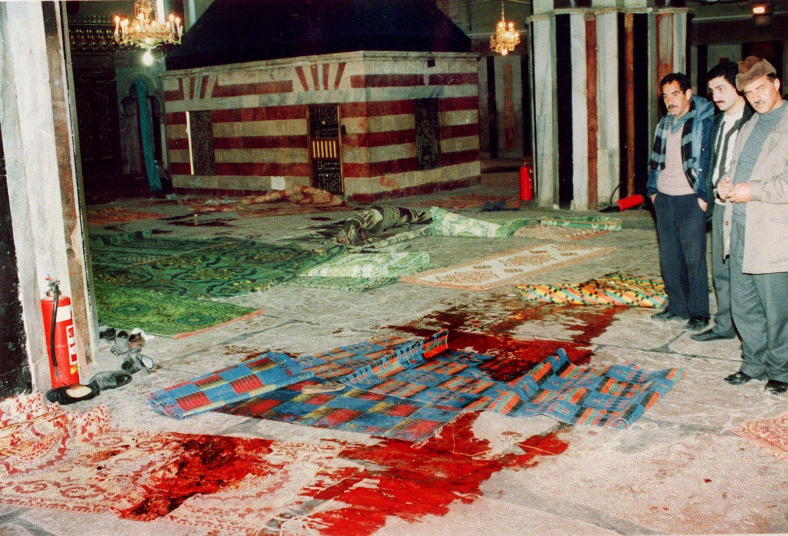 مسجد الحرم الإبراهيميّ بعد المجزرة - ساحة الجريمة النّكراء