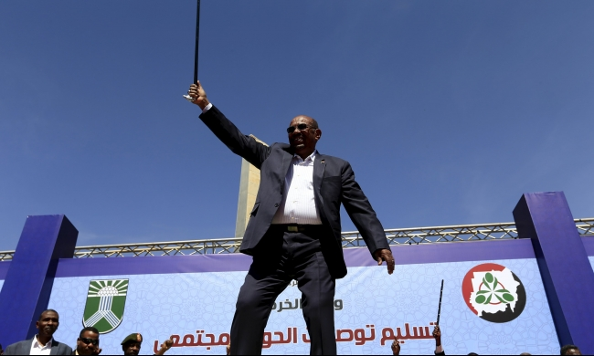 الرئيس السوداني يتحدى مذكرة اعتقال الجنائية الدولية