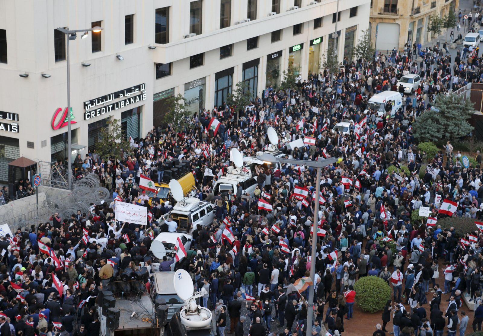أعداد كبيرة من المتظاهرين أمام السراي الحكومي
