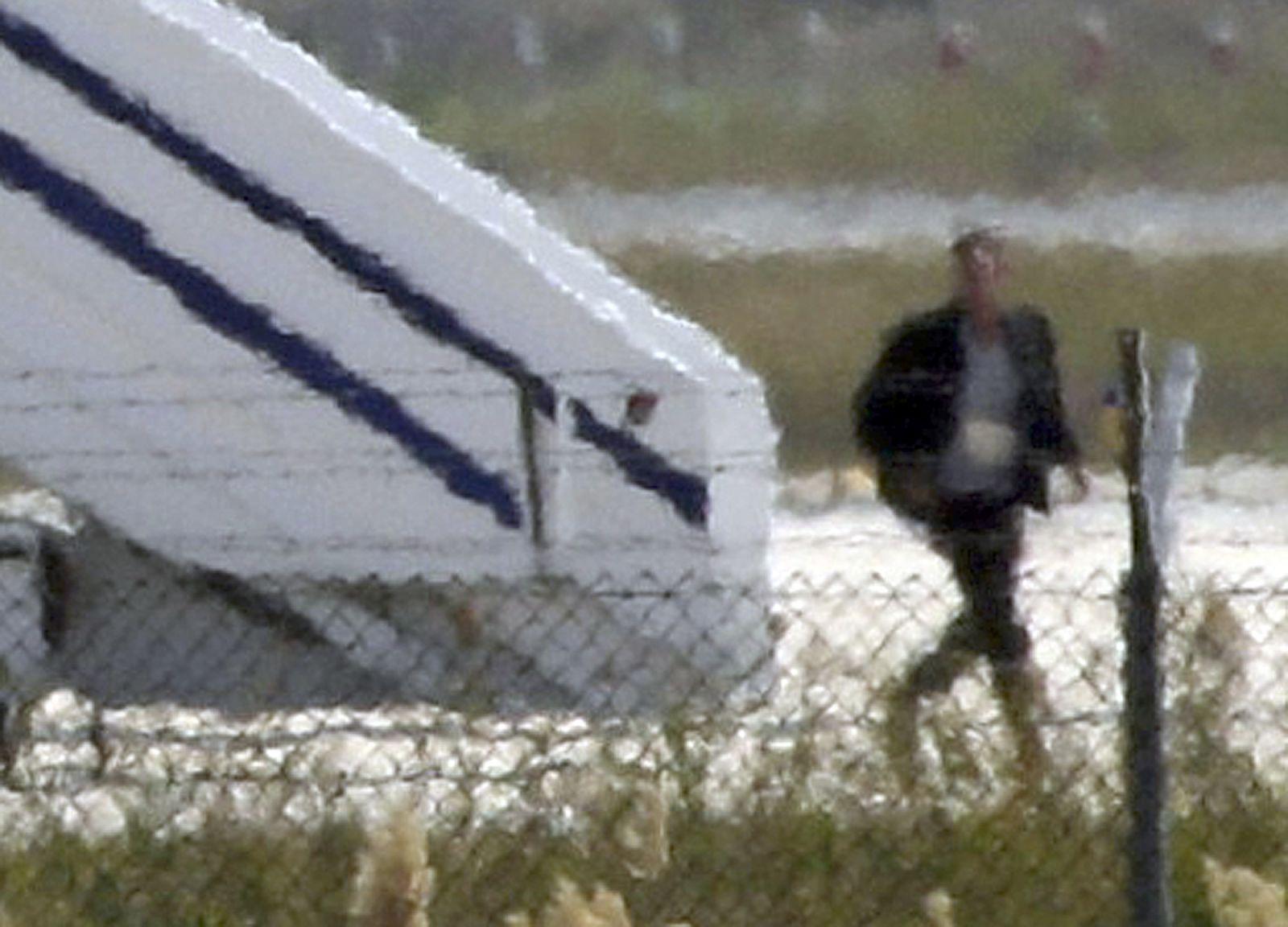 مختطف الطائرة المصرية أثناء اختطافه (أ ف ب)