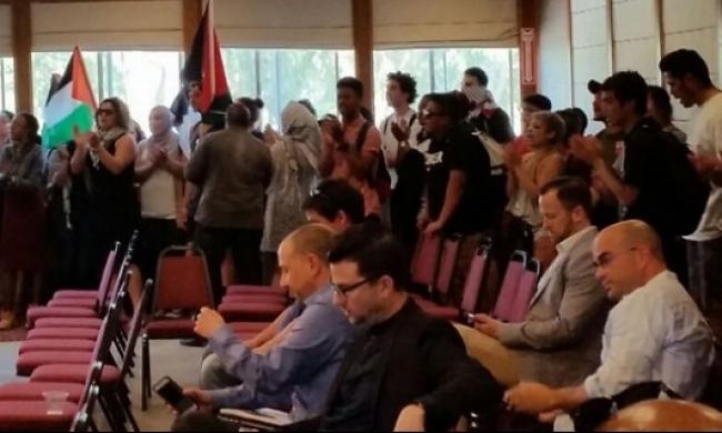 فلسطينيون يقتحمون محاضرة لرئيس بلدية القدس المحتلة