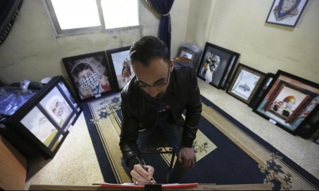 لوحات فنان فلسطيني تنطق بحكايات الصمود