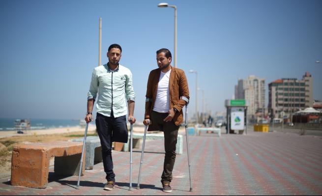 جريحان فلسطينيان يتشاركان الحذاء
