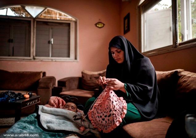 غزيّة تهزم البطالة وتزين المنازل بالنايلون المستعمل
