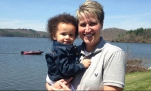 أميركية بيضاء تلجأ للقضاء لإنجابها طفلة سمراء