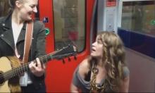 """أغنية مرتجلة في قطار تغزو """"فيسبوك"""""""
