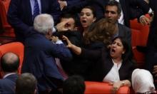 """بالفيديو: مشاجرة بالبرلمان التركي تحوله لـ""""حلبة مصارعة"""""""