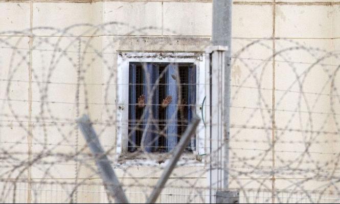 أسرى فلسطينيون يحرمون 11 ساعة من قضاء حاجتهم