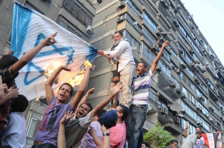 اقتحام المصريون للسفارة الإسرائيلية بالقاهرة، أيلول 2011 (أ ف ب)