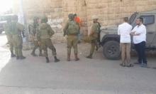 الخليل: مستوطنون يهاجمون منزلًا تحت حماية جنود الاحتلال