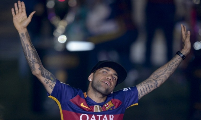 رسميًا: داني ألفيس يعلن رحيله عن برشلونة