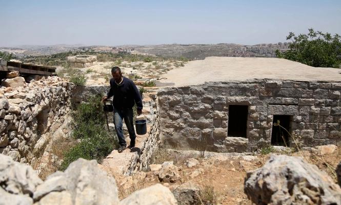"""الفلسطيني """"صلاح"""": يواجه الاستيطان بحياته البدائية"""