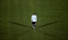ميسي باكيًا يعتزل اللعب مع منتخب الأرجنتين