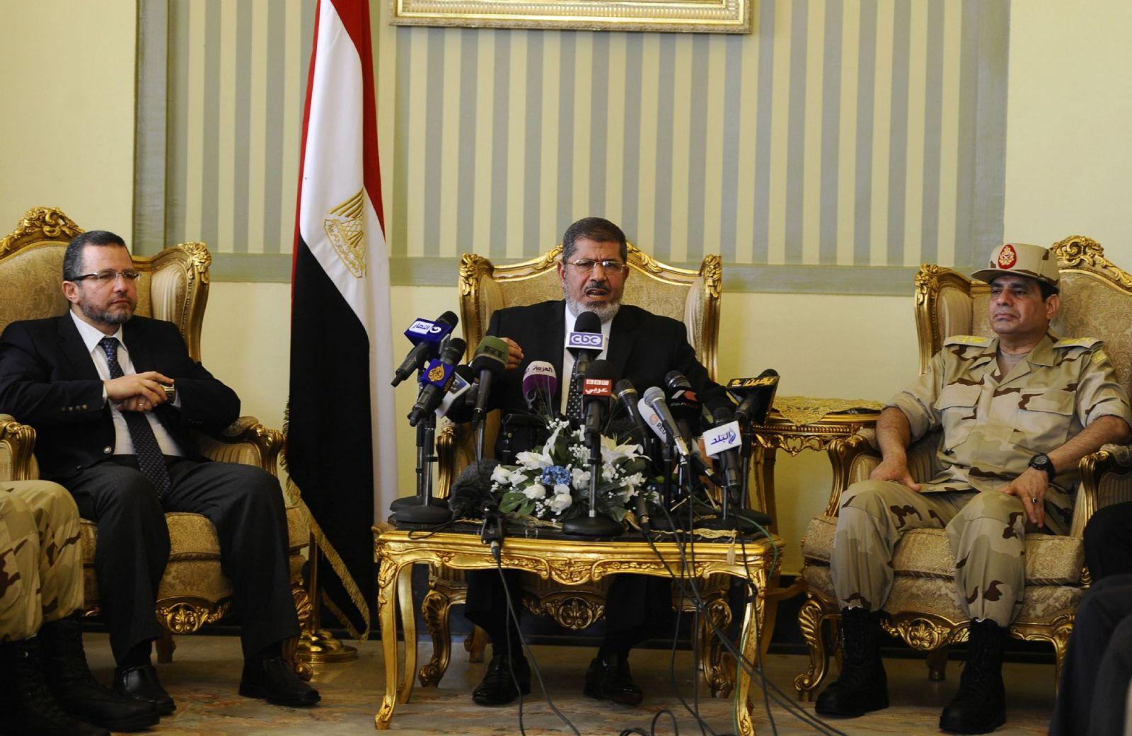 مرسي والسيسي وقنديل، ساعات قبل الانقلاب (رويترز)