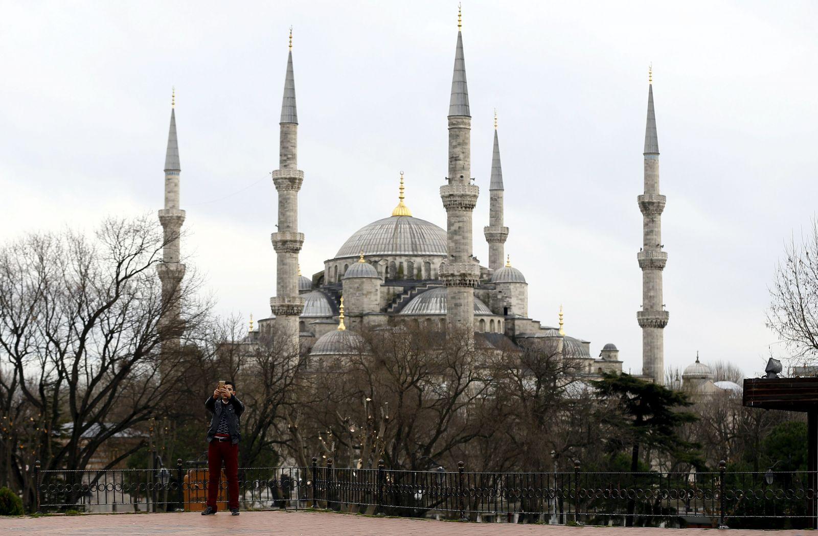 مسجد السلطان أحمد أو المسجد الأزرق (رويترز)