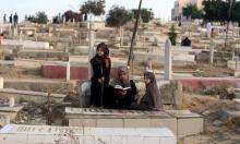 أحياء غزة يؤنسون أمواتها أول أيام العيد