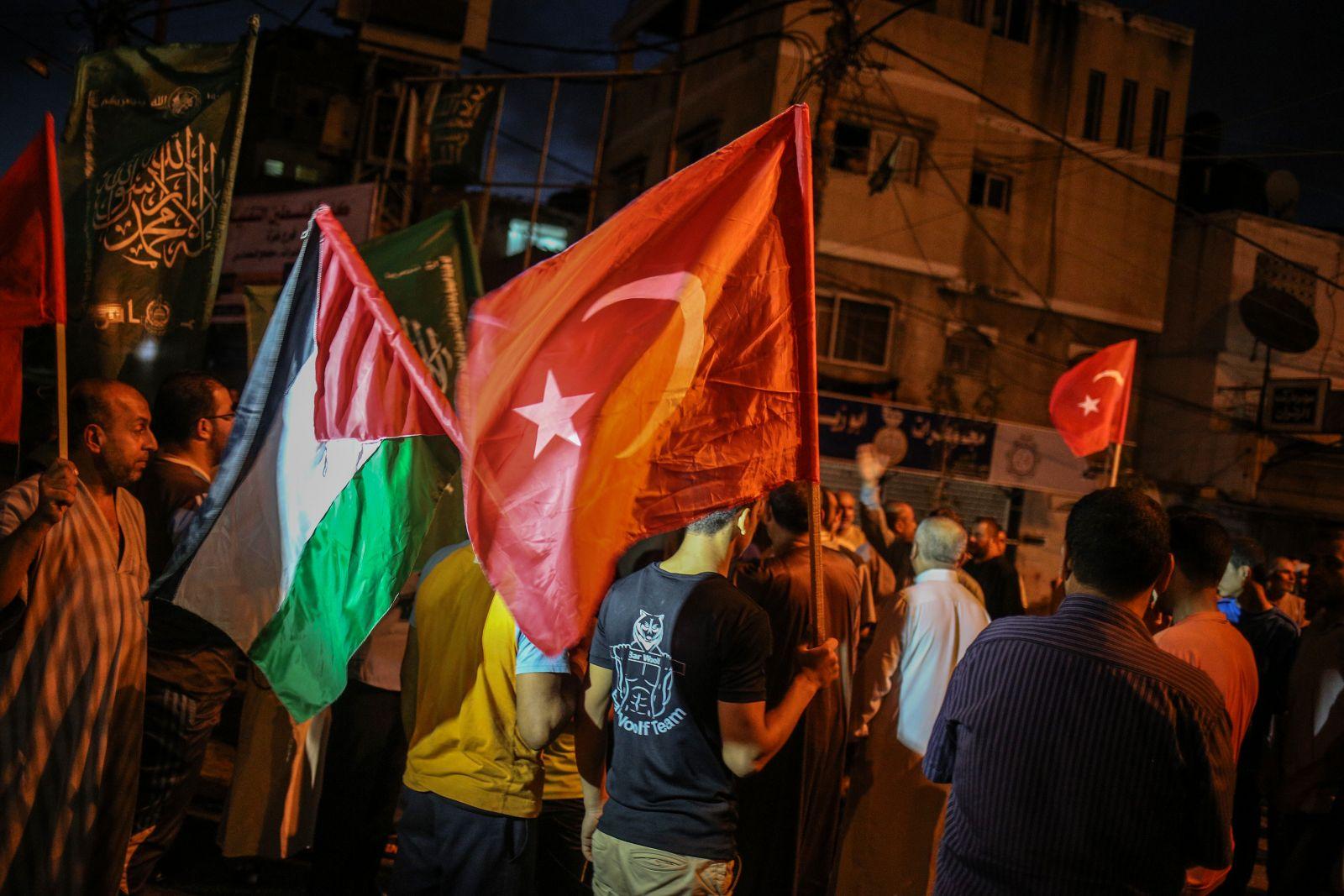 احتفالات في غزّة عقب فشل المحاولة الانقلابية (الأناضول)
