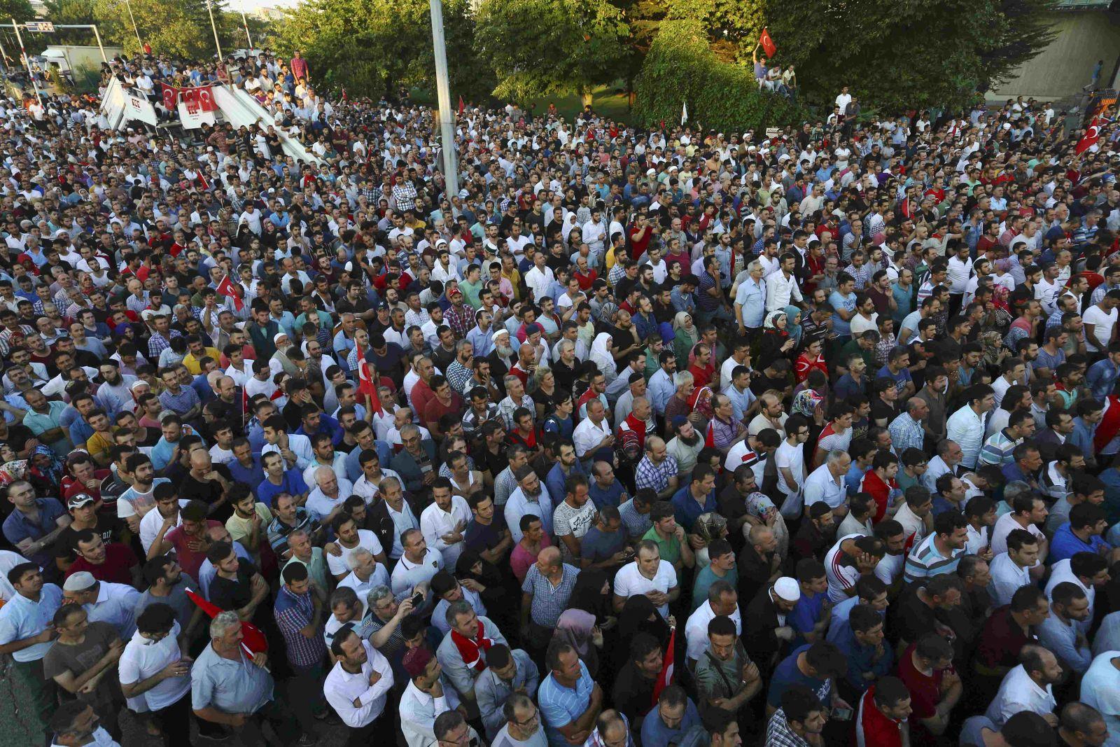 مظاهرات واسعة عمّت تركيا رفضًا للانقلاب والأحكام العرفية (رويترز)