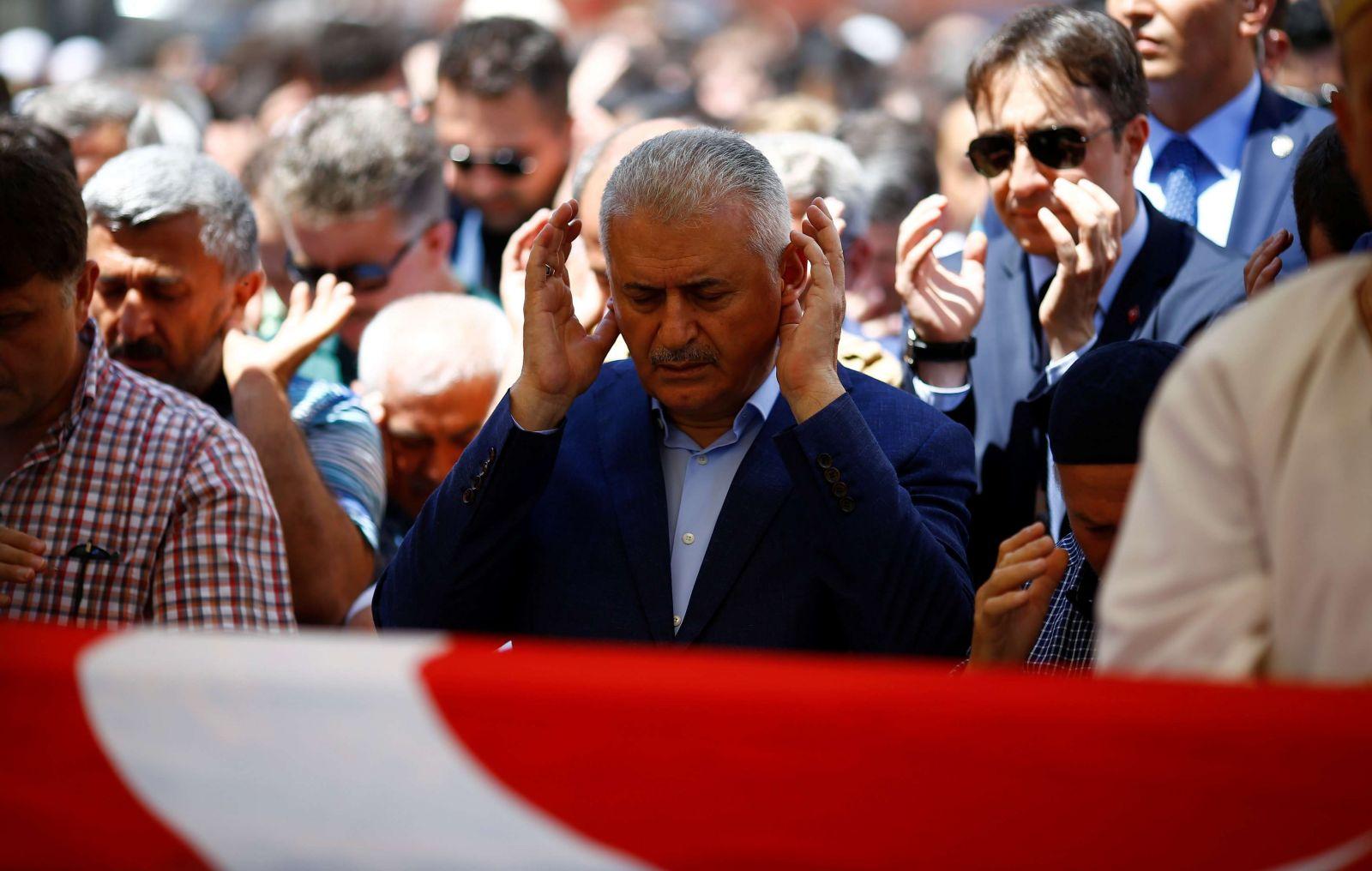 يلدريم خلال صلاة الجنازة اليوم (رويترز)