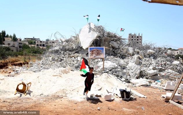 بالصور: صلاة الجمعة على أنقاض منازل هدمها الاحتلال