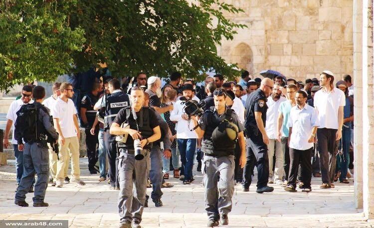 أكثر من 300 مستوطن يقتحمون الأقصى ومواجهات عند باب حطة