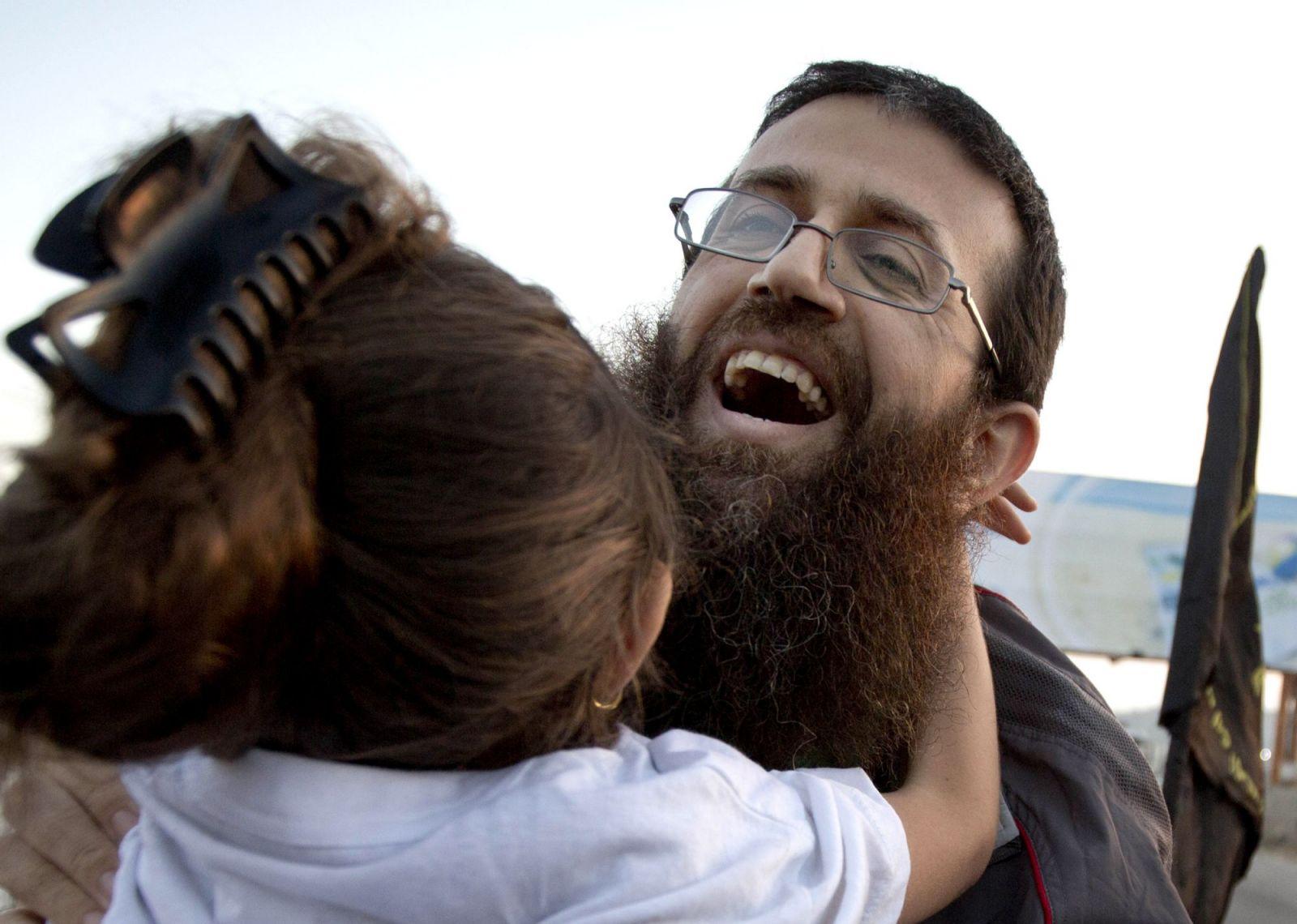خضر عدنان يعانق ابنته (أ.ب)
